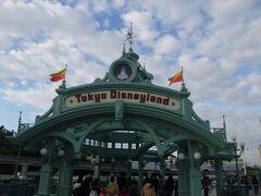約10分ほどでJR舞浜駅に到着し、東京ディズニーランドへ!