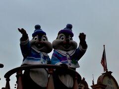 その後、2回目のディズニー・クリスマス・ストーリーズをミッキーやミニー達が乗ったフロートが停止する位置で鑑賞!