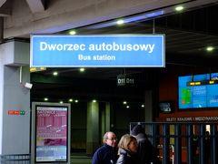ホテルからギャレリア コラコウスカを抜け、クラクフ本駅に隣接するバスターミナル(地下1階)へ。