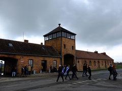 昼食後、無料シャトルバスで約5分、第2収容所であるビルケナウへ。  死の門。