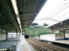 今日は山手を散策したいので、電車で1駅乗り、石川町へ。  横浜って、にゃんこは都会のイメージなんだけど、駅から山とトンネルがすぐそこにあります。  あまりこういう駅を見たことがないのでパチリ  そしてこれは根岸線  小田さんのマイホームタウン ♪できた~ばかりの根岸線で君に出会った~  の根岸線  いいですね