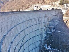 この梓湖はいわゆるダム湖で、こちらの《奈川渡ダム》が設置されています。かなりの大きさで、ダムの上には国道が通っています。