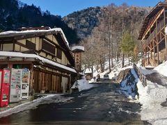 この時間、《白骨温泉》の目抜き通りは除雪されていましたが、翌朝は凍結していました。