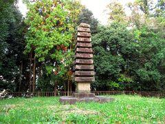 キトラ古墳から歩いて飛鳥駅へ行く途中、桧隈寺跡があります。檜隈寺は渡来系氏族の氏寺とされ、現在では塔跡に平安時代の十三重石塔が残っています。ここから細い道を20分ほど歩いて近鉄飛鳥駅まで行き、急行で帰りました。