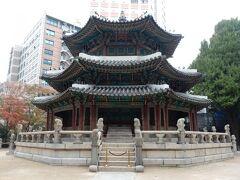 円丘壇。  朝鮮王朝第26代王であり、大韓帝国初代皇帝となった高宗自らが祈りを捧げたパワースポットだそうです。  ホテルや高層ビルに囲まれた、ホント街中です。