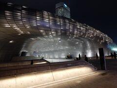 初日の夜。  前年同様、ライトアップされた東大門歴史文化公園へ。  デザイン雑貨のお店が1階に入っていて、そこもひそかな楽しみ。