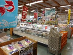 歴史の道を後に佐伯駅をとおって、海岸に 海岸にある大型施設のさいき海の市場〇 店内は冷凍、乾物が多い