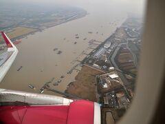 下は上海の浦東(フートン)辺りのようです。 天候は曇っています。