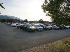 8時に到着~。 駐車場には、すでにたくさんの車が停まってます。