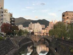初日。 長崎といえばまずここ、眼鏡橋。昔から変わらない景色。 夏は周辺にアイス売りのおばちゃんが居てて、炎天下で食べるチリンチリンアイスは最高。流石に冬だからアイスのおばちゃんは居なかった