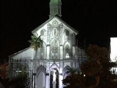夕飯でお腹満腹なので街を散歩。 まず大浦天主堂へ・・・。夜の幻想的な天主堂をカメラでパシャ。 この建物、長崎に来る度にいつも同じ位置・同じアングルで撮ってるような・・・ところで右側のやしの木?が見当たらない。どこに行ったんだろう?