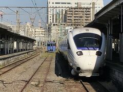 おみやげでも見ておこうかと長崎駅へ。 ついでに電車見物。白いつばめ。