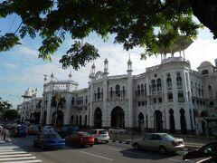 ホテルの前はやはりコロニアル調の白く美しいクアラルンプール駅です。