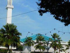 その先に国立モスクがあります。