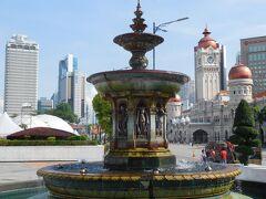 独立広場はイベントの準備をしていました。噴水だけ写真に収めます。
