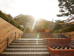 旧函館区公会堂の前にある元町公園から写真を撮るものの 西日が眩しい><