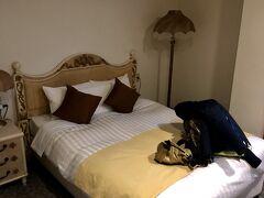 Agodaの写真よりベッドが小さい。これで2人はきついなぁ、とフロントに申し上げて