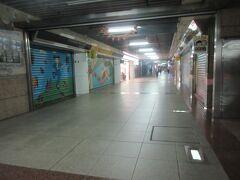 ホテルから台北駅前地下街を通りMRT台北駅へ。7:35 では台北駅前地下街のお店はコンビニ以外は閉まっており、他の店は早くて10:00頃からです。