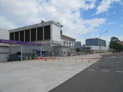 ホテル(城美大飯店)に11:30に戻り、11:50にチェックアウト。今日の2つ目の目的地「迪化街」周辺の散策です。途中、MRT空港線の台北駅を見学。  MRT空港線台北駅の施設(地下)に入ると、新しくてやたらと広いです。なお改札口の近くに飛行機のチェックインカウンターがあるのは便利ですが、10月現在は台湾系の航空会社のみの扱いでした。  そばにはタクシー乗り場があるため、タクシ-の利用は便利です。