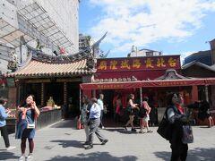 永楽市場の隣には、恋愛成就にご利益があると言われている、有名なパワースポット「霞海城隍廟」があります。この廟には、恋愛の神様である「月下老人」が祀られおり、地元の人だけでなく香港や中国、韓国からも多くの参拝者は来ていますが、廟の関係者に聞くと日本人が一番多いそうです。