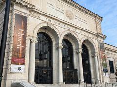 デトロイト市美術館は略称DIA(Detroit Institute of Arts)  写真は美術館の正面玄関です。 THE DETROIT INSTITUTE OF ARTSと彫刻されています。 更に、その上には紋章を挟んで文字が刻まれていました。 Dedicated by the people of Detroit to the knowledge and enjoyment of Art. (この美術館は)芸術を知り楽しむ為にデトロイト市民により捧げられた(拙訳)  火曜日~木曜日は9~4 金曜日は9~10 土曜と日曜は10~5 月曜日と祝日は休館です。  手前にロダンの「考える人」が置かれていました。 「考える人」は「地獄門」の上にある彫刻です。 上野の西洋美術館の前庭、パリのロダン美術館の最寄駅の地下鉄M13のVarenne駅  、ロダン美術館の庭園にもあります。  パリのロダン美術館の訪問記は https://4travel.jp/travelogue/10964926