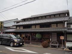 木ノ本 冨田酒造  新酒ができた目印の新しい酒林が軒先に下げられています。 創業450年ともいわれ、全国でも5指に入る老舗の酒蔵。 現在も江戸時代の蔵を使っているそうです。