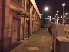 ホテルに向かう道。アップルストアのある繁華街の北東にある小さなホテル。 急に街並みが変わり、人もまばらで最初不安になりました。