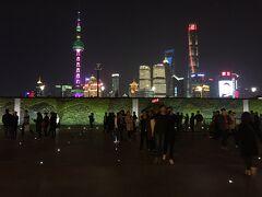チェックインを済ませ、外灘まで歩いて上海の夜景を堪能