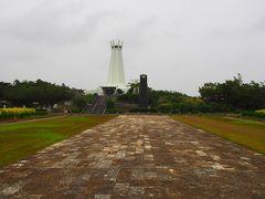 ひめゆりの塔を後にして次に訪れたのは平和祈念公園。 式典広場を通って資料館に向かいます。 左手には平和祈念堂。