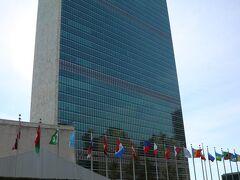 国連本部  1952年竣工の65年経過する建物で、外観を見る限り日本だと耐震の問題や法定耐用年数経過により建て替えの対象になりそうな建物だ。