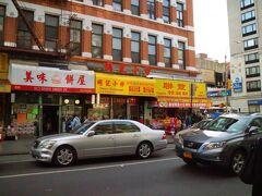 週末は、路線によって地下鉄の運休が多いのでチャイナタウンで乗り換え・・・  この辺りは、中国語の看板が目立つエリアで黄色人種の占有率が高い。 イタリアンレストランも散見される。