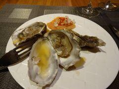 コンシェルジュのお嬢さんに予約をお願いしました ホテルニッコーサイゴン名物?海鮮ディナービュッフェを楽しみにしていました 写真撮る前に牡蠣1つ食べちゃいました 牡蠣は何個欲しいか申告すると殻を外してくれます https://www.youtube.com/watch?v=77LGaQxe5A8