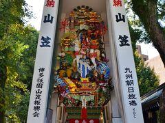 櫛田神社で奉っている神様はスサノヲ様で、このスサノヲ様に奉納するお祭りが舁き山で有名なかの山笠祭り。 こんなにも縦にデカい山車を目の当たりにすると、我が地元成田山の山車がショボく見えてしまう…。それだけ煌びやか。まるで正月飾りの熊手を山車にしたかのような井出達!
