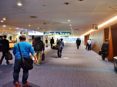 一人で孤独のグルメごっこをしているとあっと言う間に羽田空港に到着です。まぁ孤独なんだから一人であたりまえなんだけどさ。 LCCとクラスJを比較するのはフェアじゃないと思うけど、やっぱちLCCよりJALの方が快適だよね。うん。