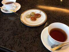 バスから降りたお客さんたち全員ロビーに座って、ウェルカムサービスを受けました。  珈琲と紅茶を選べます。 ホテルクッキー付きでしたが、私はもう何も食べられません。。。 さすがに、食べ過ぎちゃいました(^_^;)  歩き疲れもして足がパンパンだし、 お茶はいいから、はやくお部屋に行きたかった~。