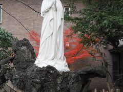 カトリック山手教会のマリア像と紅葉