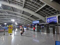 予定より1時間近く早い4:24頃に北京空港に到着。入国審査が混雑しており、5:13頃に到着ロビー。 エアポートエクスプレスの始発は6:20頃なので、少し腹ごしらえしたりして待ちました。 ターミナル3駅は屋根があるだけで外なので夏は暑く冬は寒い。。。到着時の機内のモニターでは0℃と表示されていました。 エアポートエクスプレスは片道25元(≒422円)。