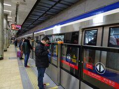 7時頃に東直門駅に到着し、地下鉄2号線に乗り換え。 積水潭駅まで3元(≒50円)。