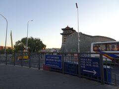 バス乗り場のある徳勝門が見えてきましたが、どこで道路を渡れるのかよく分からない。。。