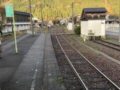 ずっと田園風景だったのが、一乗谷を過ぎると、徐行運転する険しい箇所も出てくる。小和清水(こわしょうず)という知らなければ読めない駅名を過ぎて、美山に到着。ここで、福井行きの列車と待ち合わせ。