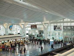 羽田空港から出発! 10:20定刻通りでした。隣が空席で快適なフライト。