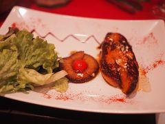 夜ご飯は歩いて行けるDomaine de Lintillacで食べました。  まずは、大好物のフォアグラのソテー。