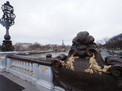 そのままテクテク歩いて、アレクサンドル三世橋からのエッフェル塔。 この景色を楽しみにしていたのに、もやもやしていてエッフェル塔が良く見えない! 橋の上でかなり粘ってみたけど、いっこうに晴れず。 まぁこんなこともあるかと、泣く泣く諦めます・・・。