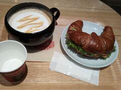 気分はサクサククロワッサン って思ってたら、ちょうどシアトルベストコーヒー発見 このマグカップがスープをいれるお皿みたいでかわいいの 普通の日本人はこれに珈琲入れないわ