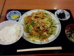 注文したのは勿論「ふーチャンプルー定食」¥660。 「ご飯は半分にしてください。」を忘れずに言う。 お水はちょっと離れたフードコート共通の水場から持ってきます。