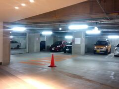 そんなこんなでホテルのチェックイン可能時間になりました。 本日の宿は「ホテルモントレ沖縄」です。 今回も安さに負けて来てしまいました。 部屋のカテゴリーが前とは違うから → https://4travel.jp/travelogue/11232501 前よりはマシ・・・・・だといいな。  ホテル駐車場は地下。 荷物を降ろさなくても一度玄関先に車を止めさせられ、名前を告げて駐車許可証のようなものを貰ってから地下に向かう。 ここの駐車場は狭いです。 とっても入れにくい。 駐車料金¥500。 解せないわ。