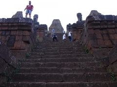 夕方は夕焼けがきれいで有名なプレループ寺院に行きました。 ここの階段も、第三回廊と競うほどの階段があります。 角度は若干負けるけど、長さはこちらが勝つ。