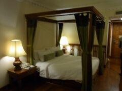 宿泊はプリンス・ダンコール・ホテル&スパ チャンペイルーム(ジュニアスイートルーム)とツアーにはありました。 部屋はスイートというものの、ひと部屋の普通の感じでちょっと期待外れ。スィートルームという感じではないですね。 ただ天蓋付きのベッドはなんだかテンション上がりますね。 カーテンは閉めることがなかったけど。