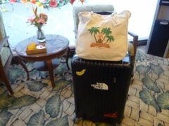 朝9時。スーツケースをガラガラと引いてRHCを通り抜け、この後3泊するアウトリガーワイキキオンザビーチに移動。  ウェルカムドリンクのグァバジュース、おしぼり。  キングの1ベッドの部屋なら入れるけど、ツインが良ければ15時以降になるとのこと。 なんとなくは内容分かったけど、電話で日本語聞く?みたいに言ってたから「うんうん」って反応したら、内線で日本語通訳介して、それでは15時でいいからツインで!とまた通訳介して依頼。 忙しい時間帯でも無かったからかな?、フレンドリーに気持ち良く対応して貰えました。 駄目元で「オーシャンビュー?」と聞いてみたけど「NO、City view」の返事。エクスペディアから安い部屋予約したからそりゃそうだ(笑)  スーツケースはロビー下の階で「チェックイン」と言いながらお兄さんにスーツケース渡して無料で預かって貰えます。