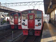 熊本から肥後大津までは、JR豊肥本線の電車でGO。熊本駅朝8時11分発といえば逆方向のように感じるけど、官庁街の水前寺や、東海学園高校への流れがあり、ぎゅう詰めの都会のラッシュです。2両と短いせいでもあるけれど。  東海学園を出れば、全員座れる程度の乗り具合になりました。